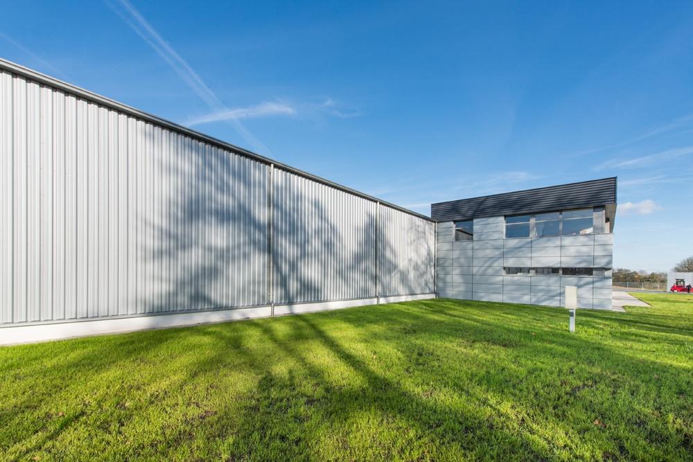 fragment elewacji frontowej - hala produkcyjno-magazynowa z budynkiem biurowym, dla Duomat, Choszczno