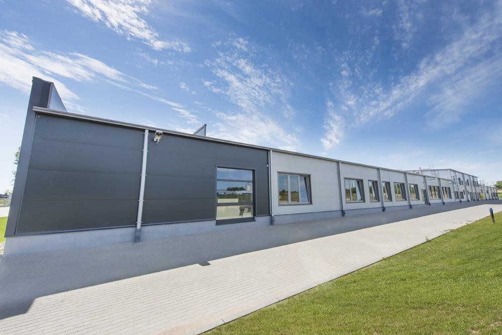 ściana boczna części biurowej - hala produkcyjna z częścią biurową, dla Leann Stańczyk, Słupsk, woj. pomorskie