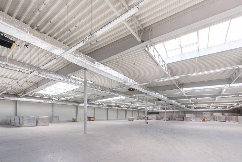konstrukcja stalowa widziana od wewnątrz - hala produkcyjna z budynkiem biurowym, dla Meblomaster, Węgrów