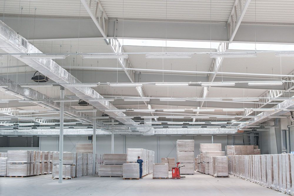 konstrukcja stalowa widziana od wewnątrz 1 - hala produkcyjna z budynkiem biurowym, dla Meblomaster, Węgrów