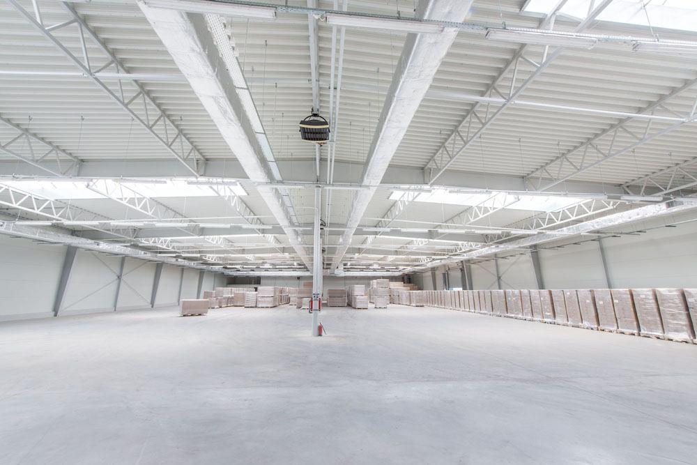 wnętrze hali stalowej - hala produkcyjna z budynkiem biurowym, dla Meblomaster, Węgrów, woj. mazowieckie