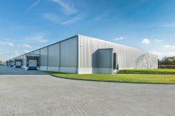 widok hali stalowej - hala produkcyjno-magazynowa z budynkiem biurowym, dla Duomat, Choszczno, woj. zachodniopomorskie