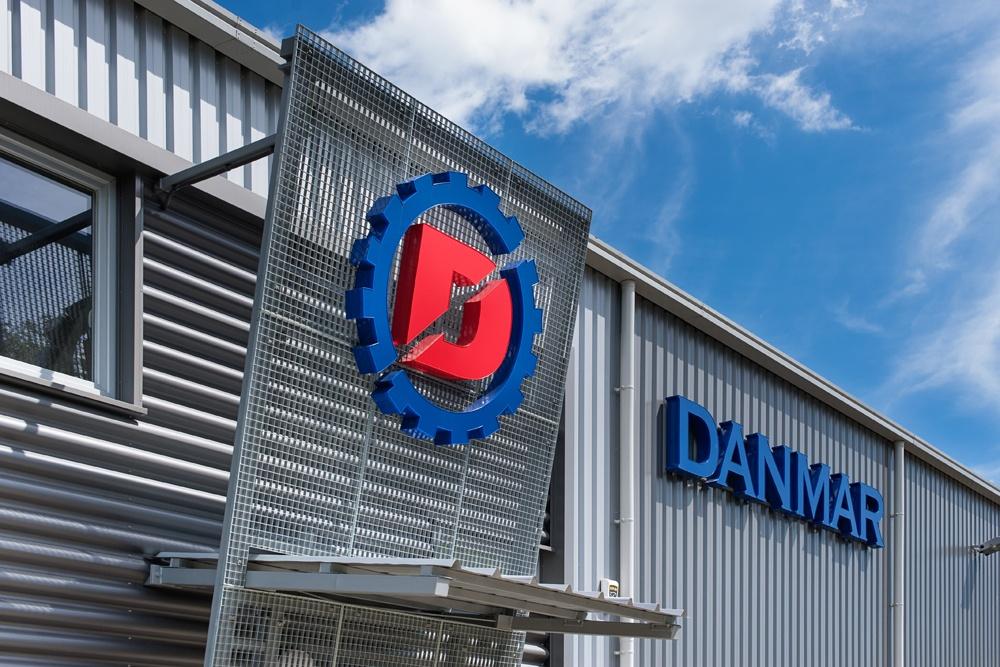 zbliżenie na logo - hala produkcyjna z częścią socjalno-biurową, dla Danmar, Łódź, woj. łódzkie