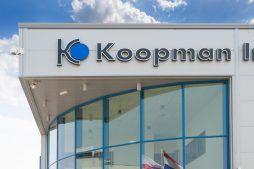 zbliżenie na logo - hala handlowa, dla Koopman International, Komorniki, woj. wielkopolskie