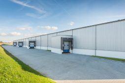 zbliżenie na stacje dokujące - hala produkcyjno-magazynowa z budynkiem biurowym, dla Duomat, Choszczno