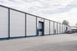 zbliżenie na bramy segmentowe - hala produkcyjna, dla firmy Meblomaster, Węgrów