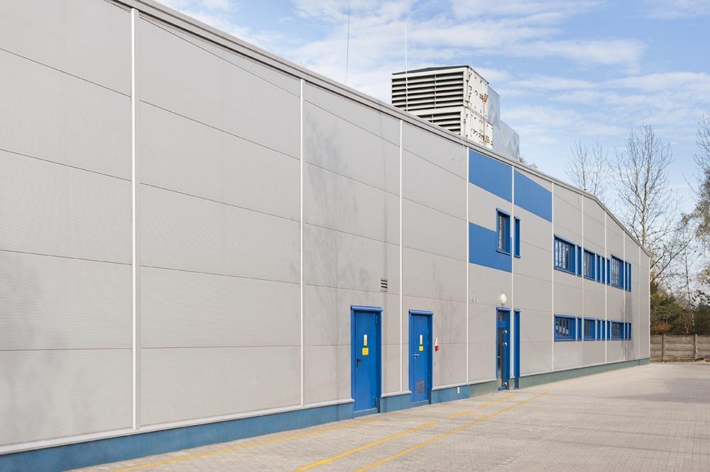 zbliżenie na elewacje frontową - hala produkcyjna, dla firmy Meblomaster, Węgrów