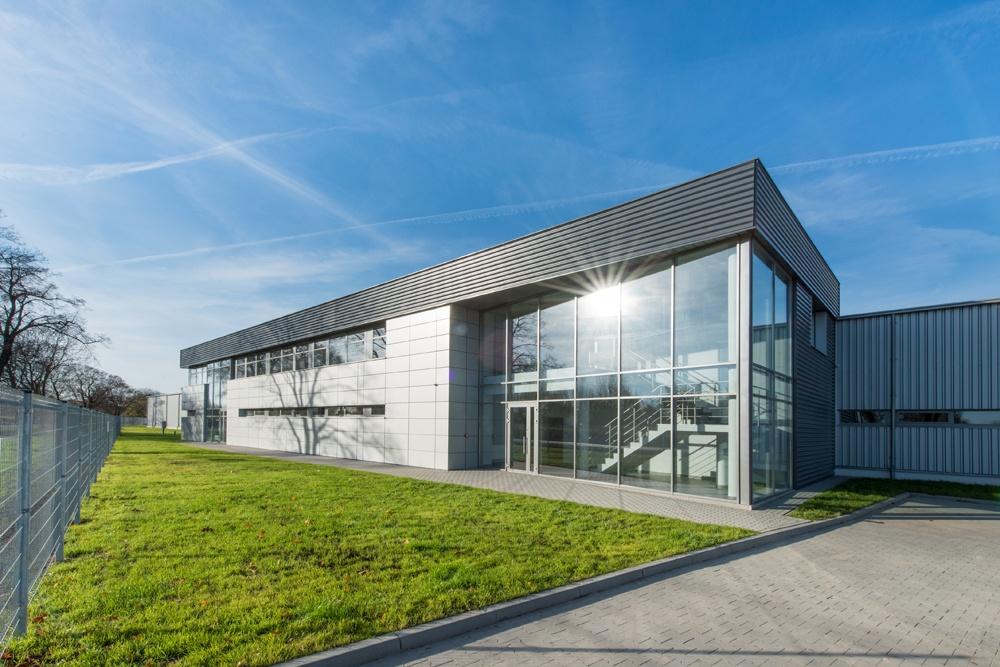 zdjęcie frontu budynku - hala produkcyjno-magazynowa z budynkiem biurowym, dla Duomat, Choszczno