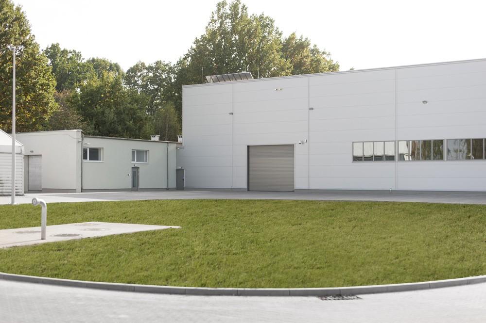 zbliżenie na elewacje frontową 1 - hala produkcyjna, dla Rotox, Pokój, woj. opolskie