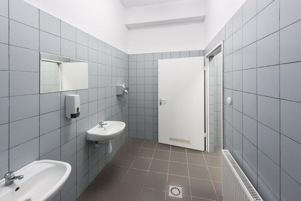 łazienka - hala produkcyjna z częścią biurową, dla Markos, Słupsk, woj. pomorskie