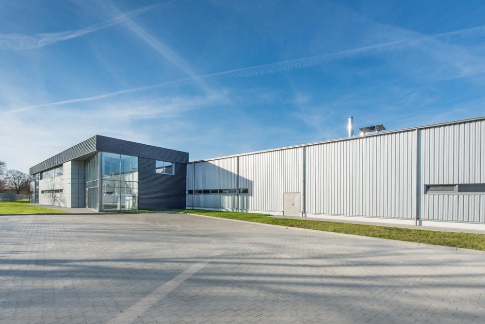 fragment elewacji frontowej 1 - hala produkcyjno-magazynowa z budynkiem biurowym, dla Duomat, Choszczno