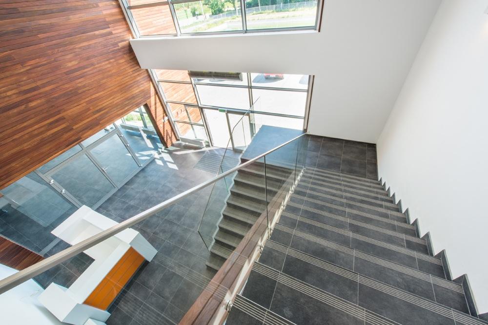 schody w holu 3 - sortownia owoców z częścią biurową, dla Europejskie Centrum Owocowe, Rębowola