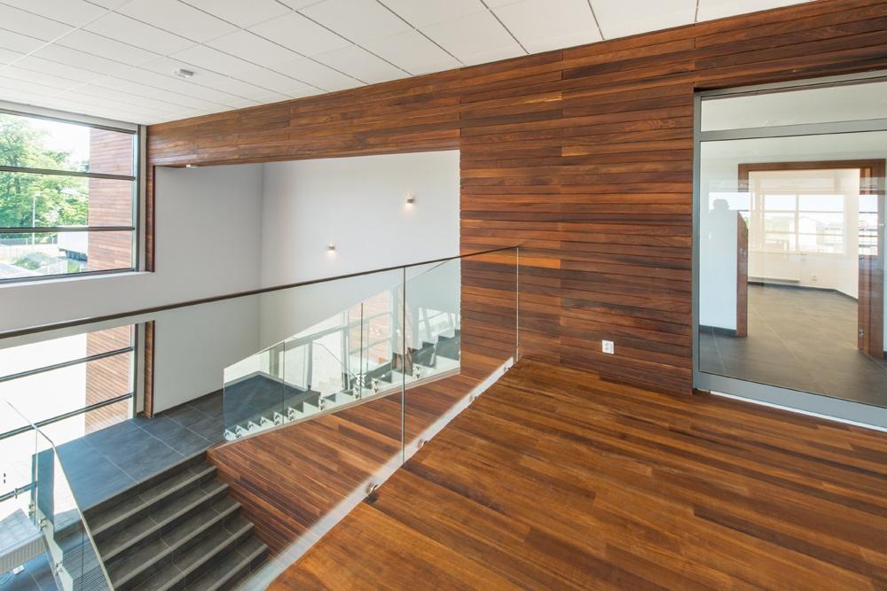 schody w holu 2 - sortownia owoców z częścią biurową, dla Europejskie Centrum Owocowe, Rębowola