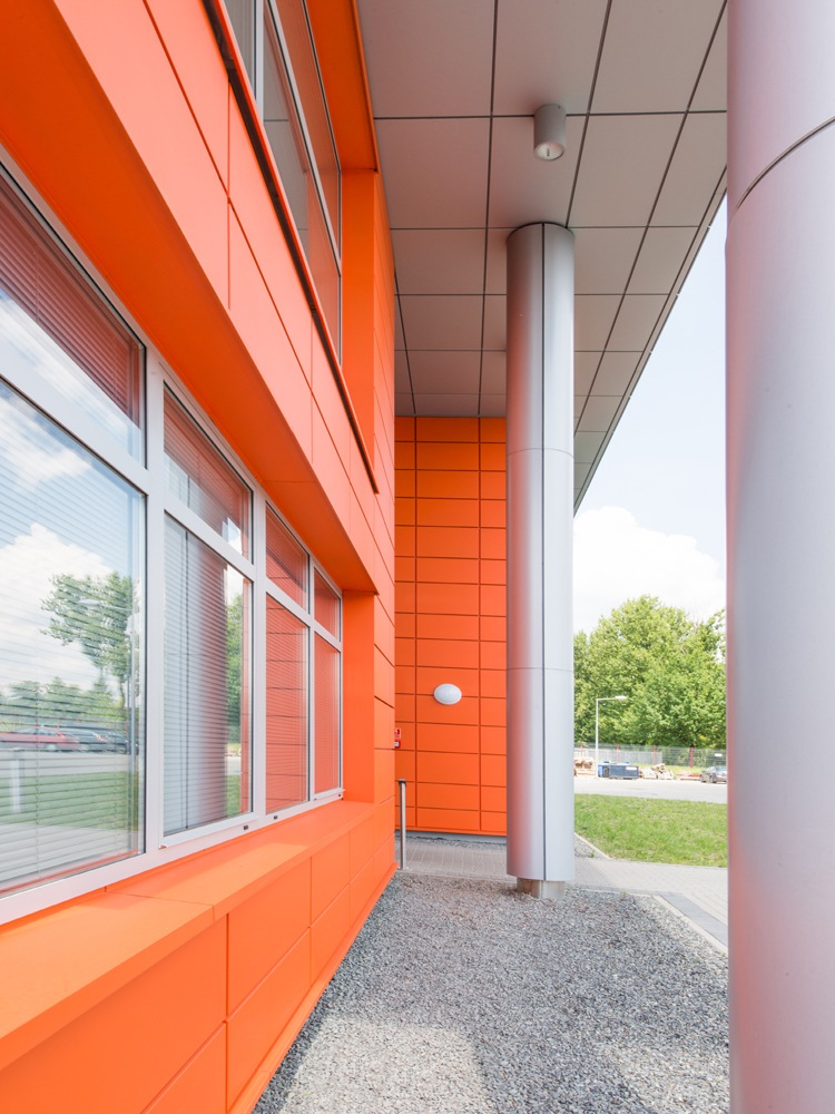 przejście do wejścia głównego - hala produkcyjno-magazynowa z budynkiem biurowym, dla Viva Plus, Bytom, woj. śląskie