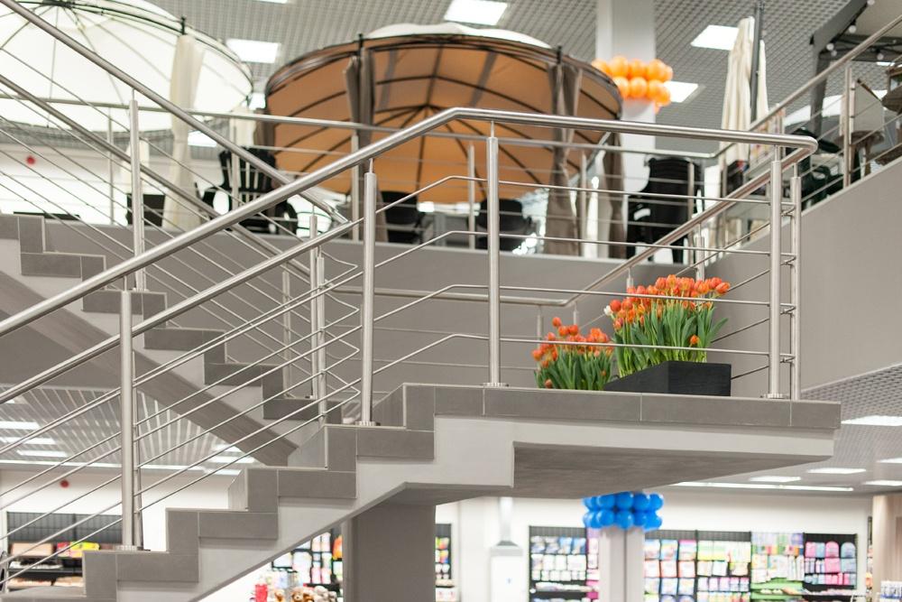 schody w pomieszczeniu handlowym 2 - hala handlowa, dla Koopman International, Komorniki, woj. wielkopolskie