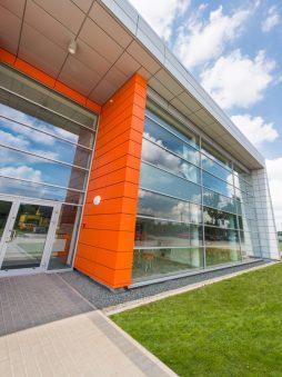 przeszklenia na elewacji frontowej - hala produkcyjno-magazynowa z budynkiem biurowym, dla Viva Plus, Bytom