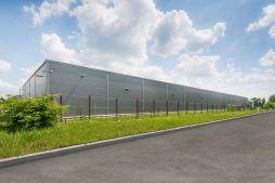 widok ogólny hali stalowej 1 - hala produkcyjno-magazynowa z budynkiem biurowym, dla Viva Plus, Bytom, woj. śląskie