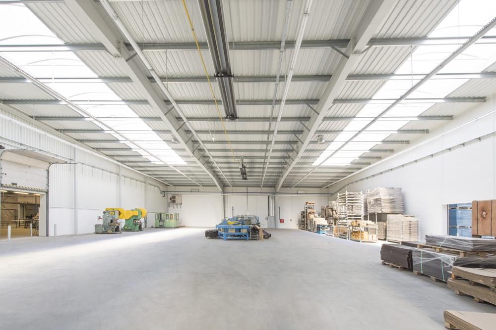 wnętrze hali z świetlikami - hala produkcyjna z częścią biurową, dla Leann Stańczyk, Słupsk, woj. pomorskie