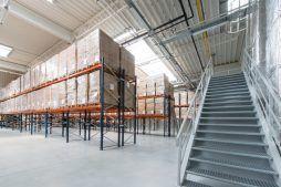 schody na hali - hala produkcyjno-magazynowa z budynkiem biurowym, dla Polamp, Bieniewiec, woj. mazowieckie