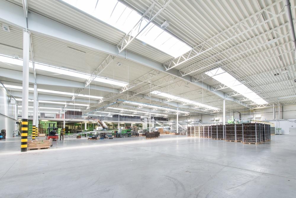wnętrze hali - sortownia owoców z częścią biurową, dla Europejskie Centrum Owocowe, Rębowola