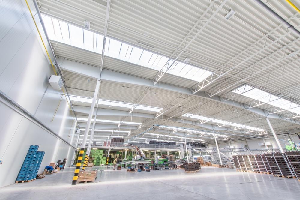 wnętrze hali 3 - sortownia owoców z częścią biurową, dla Europejskie Centrum Owocowe, Rębowola