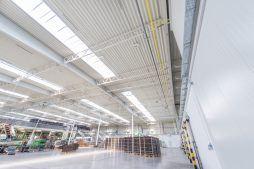 wnętrze hali 4 - sortownia owoców z częścią biurową, dla Europejskie Centrum Owocowe, Rębowola