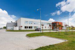 widok ogólny 2 - hala produkcyjna z budynkiem biurowym, dla Uniservice, Skarbimierz, woj. Opolskie