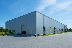 widok hali stalowej - hala produkcyjno-magazynowa z budynkiem biurowym, dla Polamp, Bieniewiec, woj. mazowieckie