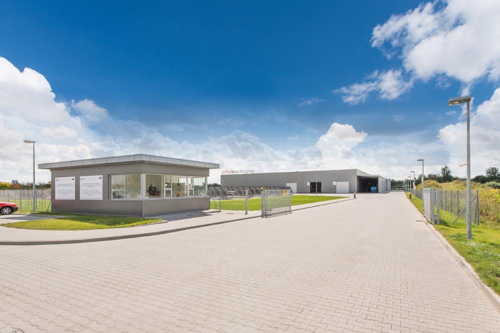 wjazd na teren inwestycji - hala produkcyjna z budynkiem biurowym, dla Uniservice, Skarbimierz, woj. Opolskie