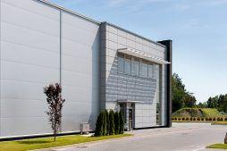 fragment elewacji bocznej - hala produkcyjno-magazynowa z budynkiem biurowym, dla Polamp, Bieniewiec, woj. mazowieckie