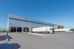 stacje dokujące od zewnątrz - sortownia owoców z częścią biurową, dla Europejskie Centrum Owocowe, Rębowola
