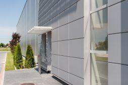 zbliżenie na elewacje - hala produkcyjno-magazynowa z budynkiem biurowym, dla Polamp, Bieniewiec, woj. mazowieckie