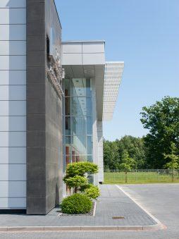 aranżacja zieleni przed wejściem do budynku - hala produkcyjno-magazynowa z budynkiem biurowym, dla Polamp, Bieniewiec
