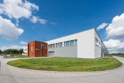 widok ogólny 1 - hala produkcyjna z budynkiem biurowym, dla Uniservice, Skarbimierz, woj. Opolskie