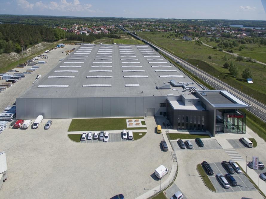 zdjęcie z drona - hala produkcyjna z budynkiem biurowym, dla Adams, Mrągowo, woj. warmińsko-mazurskie
