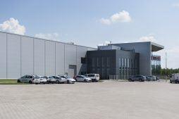 teren przed budynkiem - hala produkcyjna z budynkiem biurowym, dla Adams, Mrągowo