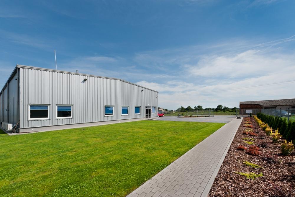 teren przed budynkiem - hala produkcyjna z częścią biurową, dla GG Tech, Piątek, woj. łódzkie