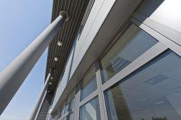zbliżenie na okna oraz podświetlenie elewacji - hala produkcyjna z budynkiem biurowym, dla Vertex, Konst. Łódzki