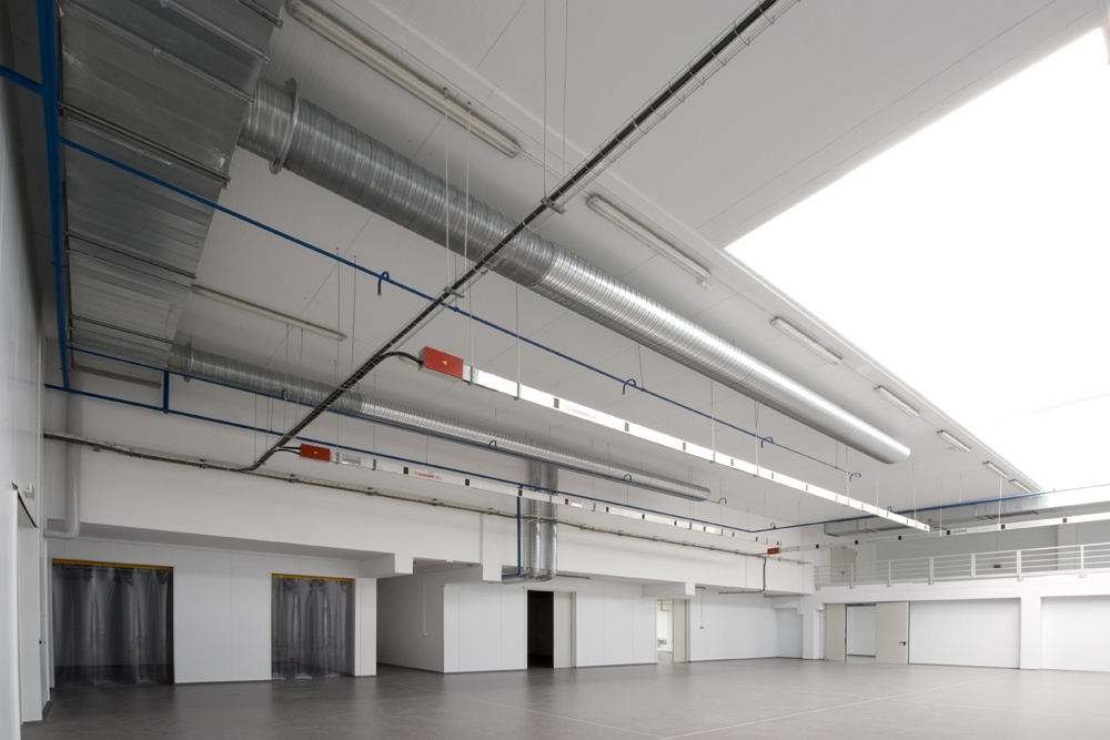 wnętrze hali - hala produkcyjna z budynkiem biurowym, dla NWM, Gubin, woj. lubuskie
