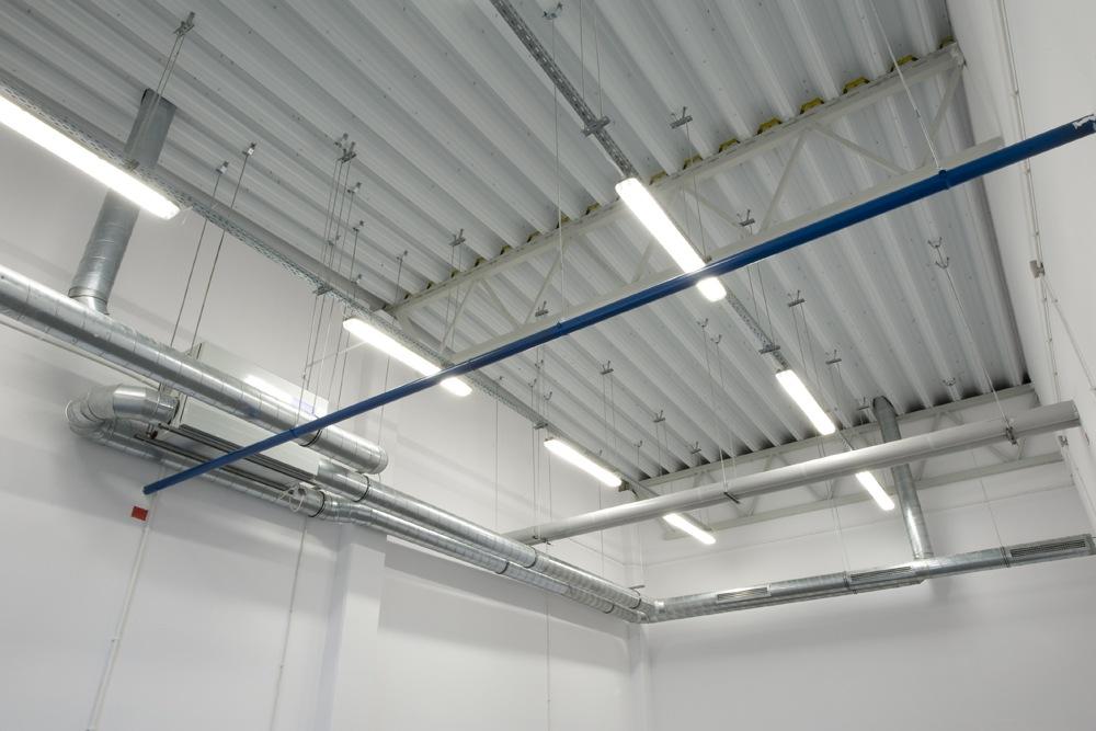 zadaszenie widziane od wewnątrz - hala produkcyjna z budynkiem biurowym, dla NWM, Gubin