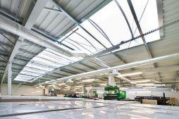 świetlik dachowy widziany od wewnątrz - hala produkcyjna z budynkiem biurowym, dla El-press, Lublin