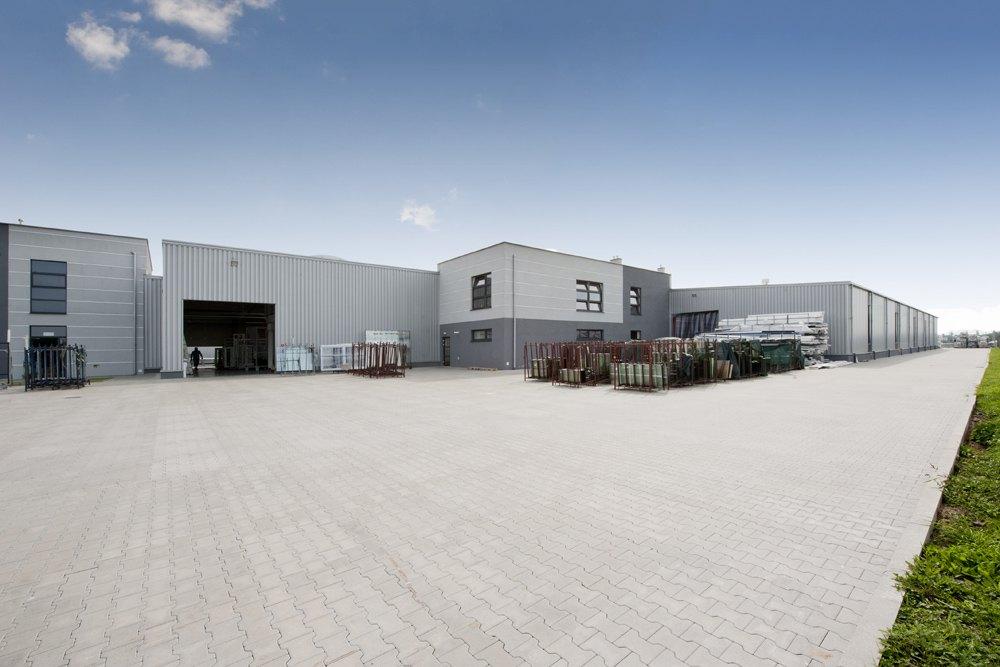 widok ogólny - hala produkcyjna z budynkiem biurowym, dla Eurocolor, Pyskowice, woj. śląskie