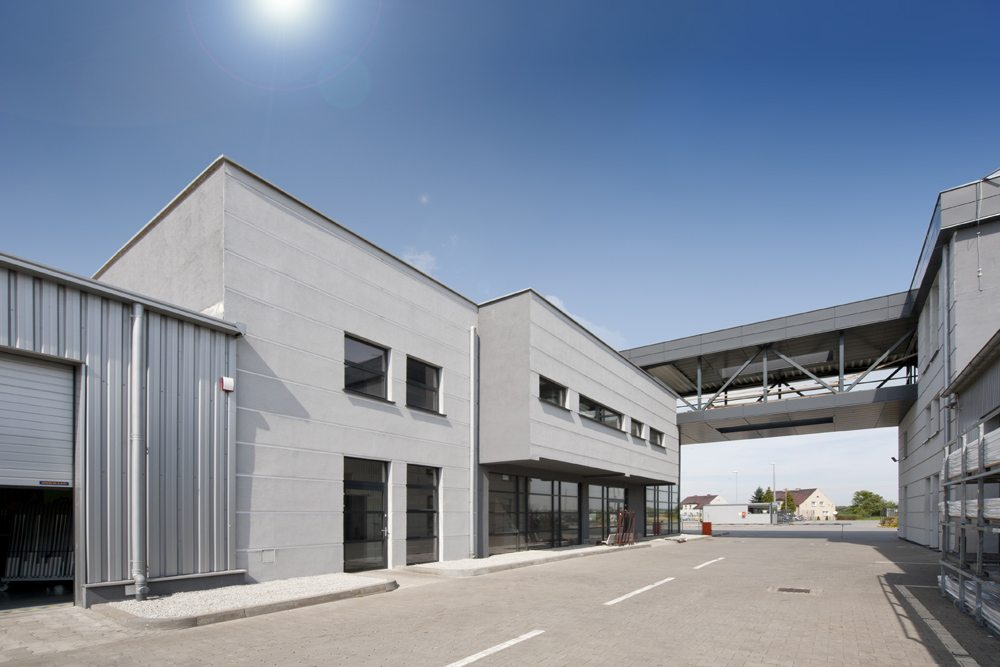 łącznik między budynkami - hala produkcyjna z budynkiem biurowym, dla Eurocolor, Pyskowice, woj. śląskie