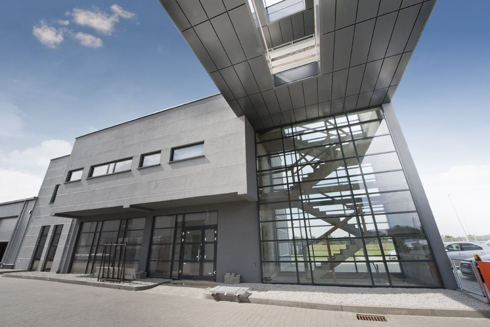 widok łącznika - hala produkcyjna z budynkiem biurowym, dla Eurocolor, Pyskowice, woj. śląskie
