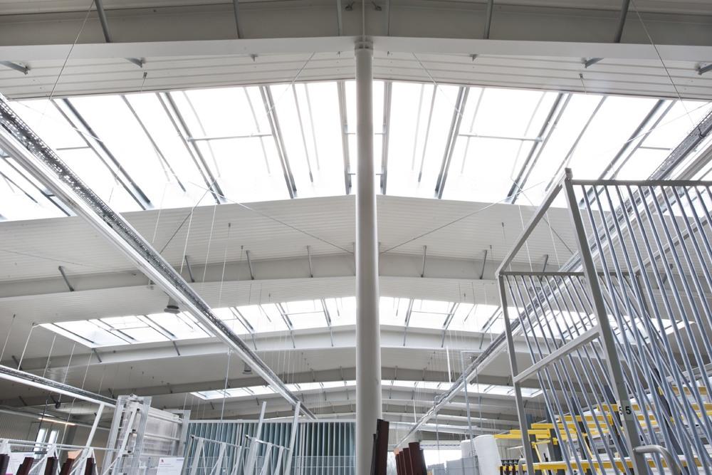 świetliki dachowe widziane od wewnątrz - hala produkcyjna z budynkiem biurowym, dla Eurocolor, Pyskowice