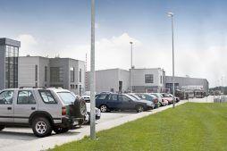 parking przed budynkiem - hala produkcyjna z budynkiem biurowym, dla Eurocolor, Pyskowice, woj. śląskie