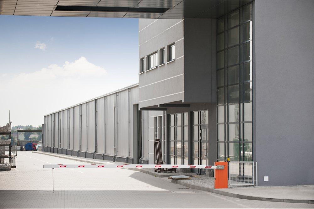 fragment jednej z elewacji - hala produkcyjna z budynkiem biurowym, dla Eurocolor, Pyskowice, woj. śląskie