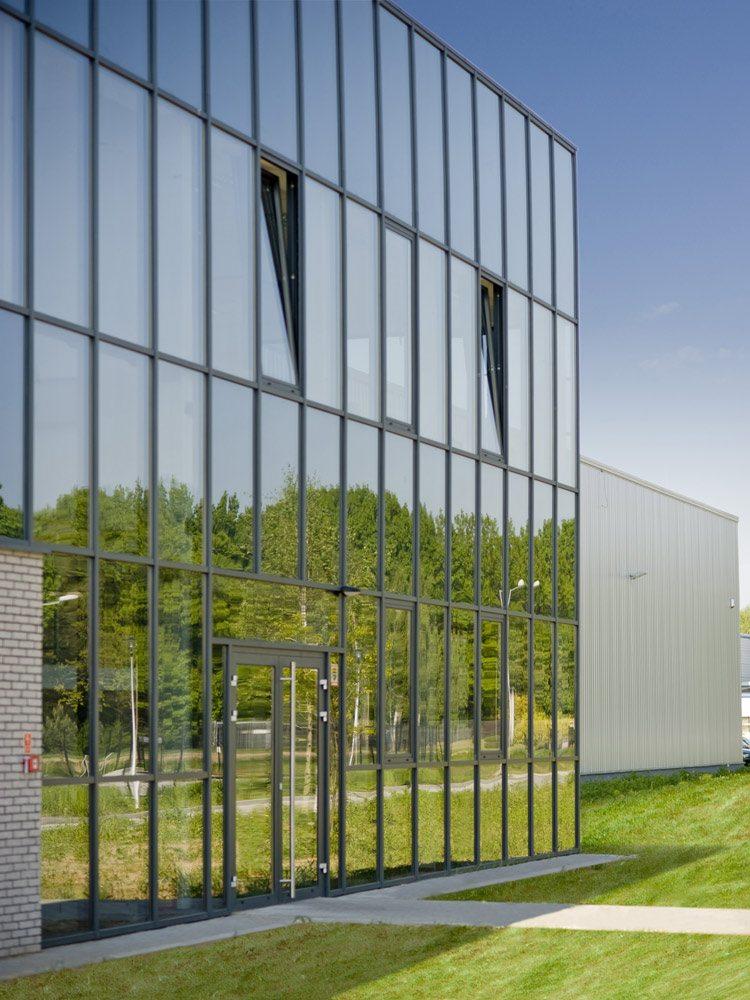 zbliżenie na przeszklenie - hala produkcyjna z budynkiem biurowym, dla Blyweert Aluminium, Czosnów, woj. mazowieckie