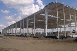 konstrukcja hali w trakcie budowy - hala produkcyjna z budynkiem biurowym, dla Adams, Mrągowo, woj. warmińsko-mazurskie