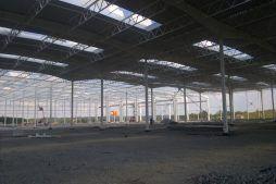 wnętrze hali w trakcie budowy - hala produkcyjna z budynkiem biurowym, dla Adams, Mrągowo, woj. warmińsko-mazurskie